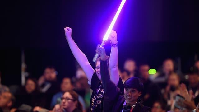 Un fan de Star Wars, muni de son sabre laser, pendant la conférence sur Star Wars: The Force awakens à la comic-con de San Diego