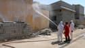 Des membres de la défense civile nettoient des quartiers de la ville de Taza, possiblement contaminée par une attaque chimique menée par Daesh.