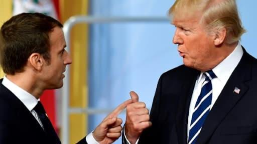 Emmanuel Macron et Donald Trump parlent après la photo de groupe au G20 de Hambourg le 7 juillet 2017