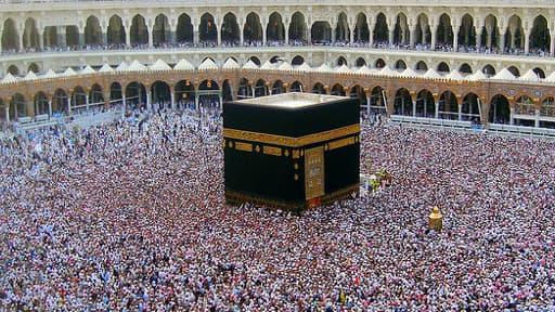 """La mosquée Masjid-Al-Haram (""""la mosquée sacrée"""") abrite la Kaaba, un grand cube noir autour duquel se pressent les pèlerins musulmans."""