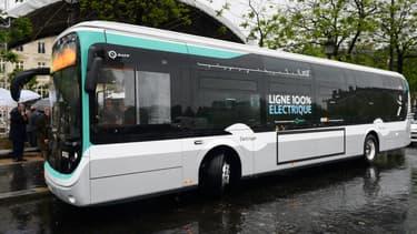 Un bus RATP électrique, le 30 mai 2016 place de l'Etoile à Paris.