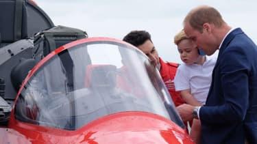 Le prince William et son fils George lors de leur visite à la Royal Air Force, le 8 juillet 2016