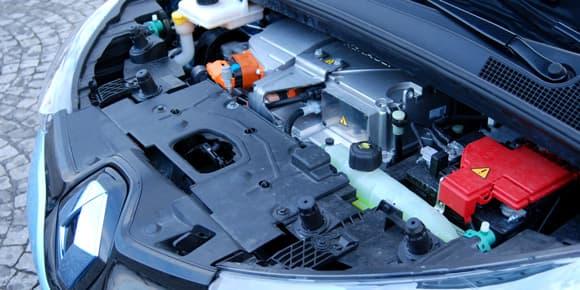 Finalement, on n'y voit ni plus ni moins que sous le capot d'une voiture à essence!