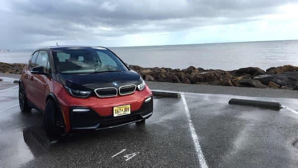 L'i3S se distingue de l'i3 par sa livrée rouge et noire, mais aussi sa batterie d'une capacité énergétique plus élevée, à 42 kWh.