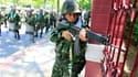 """Soldats thailandais déployés dans le centre de Bangkok. Selon les hôpitaux et des témoins, les affrontements dans la capitale entre l'armée thaïlandaise et les """"chemises rouges"""" se sont soldés depuis jeudi soir par cinq morts et 72 blessés au moins. /Phot"""