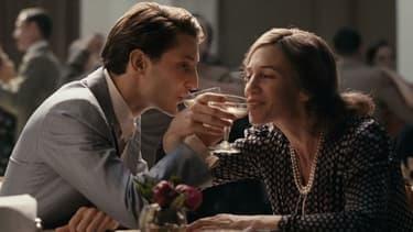 Pierre Niney et Charlotte Gainsbourg dans La Promesse de l'aube