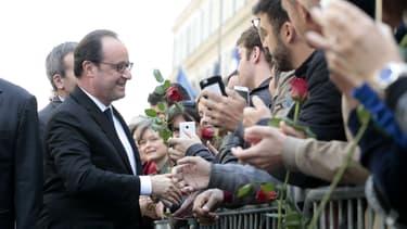 François Hollande accueilli par des sympathisants au siège du Parti socialiste rue de Solférino, le 14 mai 2017 à Paris.
