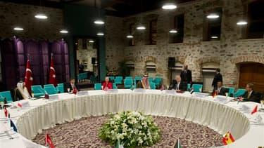 """Les ministres et représentants de 15 pays et de l'UE, réunis mercredi à Istanbul en Turquie, ont décidé de réunir un """"groupe de coordination"""" pour soutenir l'opposition syrienne et favoriser, selon un communiqué publié par la Turquie, l'émergence d'une """"S"""