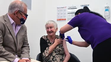 Le Premier ministre australien Scott Morrison (à gauche) regarde Jane Malysiak, 84 ans, devenir la première personne du pays à recevoir une dose du vaccin Pfizer/BioNTech Covid-19 au Castle Hill Medical Center de Sydney, le 21 février 2021.