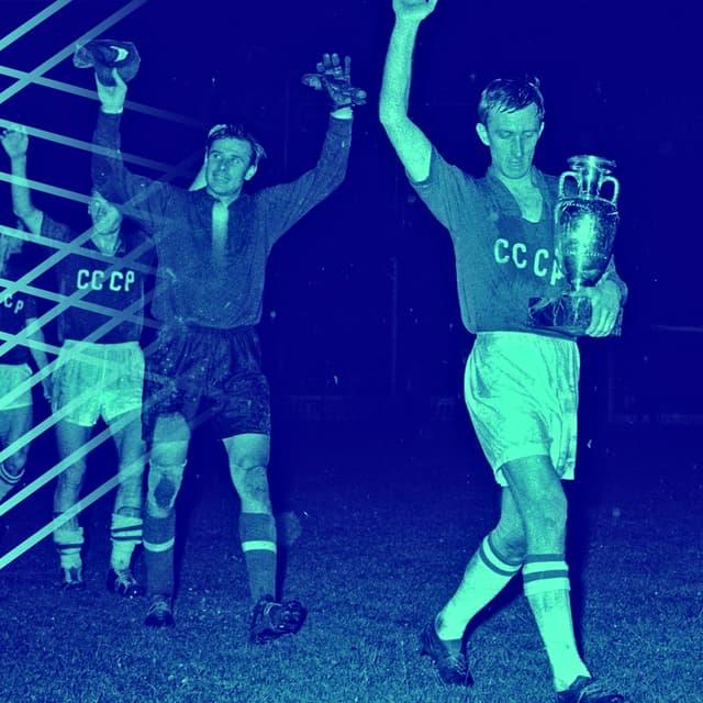 Le capitaine soviétique Igor Netto mène ses troupes avec le trophée de vainqueurs de l'Euro 1960