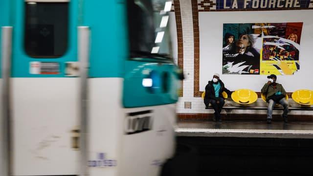 Le Premier ministre Edouard Philippe a annoncé mardi que les opérateurs de transport devraient, pendant une période d'au moins 3 semaines après la fin du confinement le 11 mai, faire respecter les mesures de distanciation sociale.