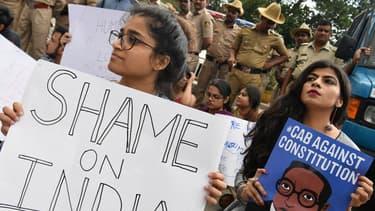 Des étudiants et des activistes pendant une manifestation contre la loi sur la citoyenneté du gouvernement à Bangalore, le 16 décembre 2019