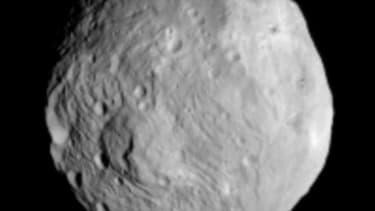 Photo de Vesta prise par la sonde Dawn. La sonde Dawn envoyée par la Nasa s'est placée samedi en orbite autour de l'astéroïde Vesta d'où elle étudiera pendant un an le deuxième plus gros objet céleste de la ceinture d'astéroïdes entre Mars et Jupiter. /Ph