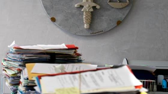 """Six des sept policiers interpellés mardi dans l'agglomération lyonnaise ont été mis en examen jeudi soir pour """"corruption passive"""". L'un d'entre eux a été placé sous mandat de dépôt et deux autres sous contrôle judiciaire. /Photo d'archives/REUTERS/Eric G"""