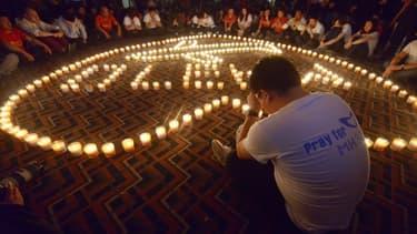 Des proches des passagers du vol MH370 se recueillent à Pékin, le 7 avril 2014.