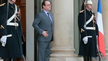 Le président François Hollande sur le perron de l'Elysée le 11 janvier 2016 à Paris