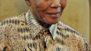 """L'ancien président Nelson Mandela, icône de la lutte contre l'apartheid en Afrique du Sud, a été hospitalisé samedi à la suite de """"douleurs abdominales chroniques"""". """"Madiba"""", qui est âgé de 93 ans, a besoin d'un traitement médical spécialisé. /Photo d'arc"""