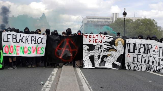 """Des """"black blocs"""" en tête de cortège à Paris le 1er mai 2018"""