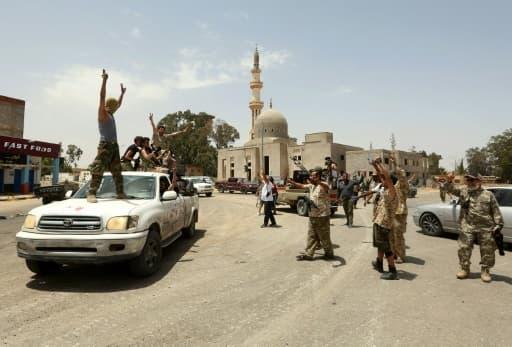 Des combattants des forces progouvernementales (GNA) manifestent leur joie dans un quartier du sud de la capitale libyenne Tripoli, le 4 juin 2020