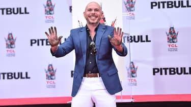 Le rappeur Pitbull déposant ses empreintes sur Hollywood Boulevard