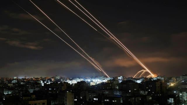 Des roquettes sont tirées depuis la bande de Gaza, enclave palestinienne sous contrôle du Hamas, en direction d'Israël, le 16 mai 2021