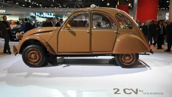 Une Citroën 2CV personnalisée par le sellier Hermès, exposée au Mondial de l'Automobile de Paris, à l'occasion des 60 ans de la marque en 2008.