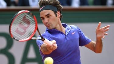 Roger Federer est équipé par Nike (tenue et chaussures) et Wilson (raquette).