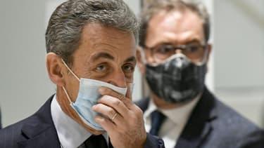L'ancien président Nicolas Sarkozy ajuste son masque au dernier jour de son procès pour corruption le 10 décembre 2020 au Palais de justice de Paris