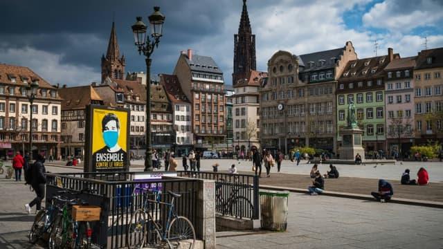 """La grand-place de Strasbourg, avec une affiche """"Ensemble contre le virus"""", le 12 avril 2021"""