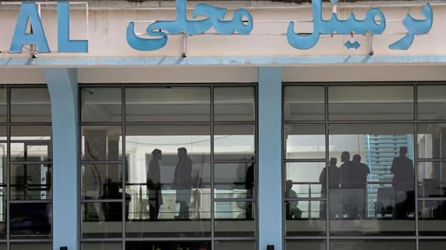 Des passagers à l'intérieur de l'aéroport de Kaboul, le 12 septembre 2021 en Afghanistan