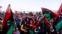 Des milliers de Libyens, mettant de côté leurs divergences, sont descendus dans la rue dimanche, comme ici à Tripoli, pour fêter le deuxième anniversaire du début du soulèvement contre Mouammar Kadhafi. /Photo prise le 17 février 2013/REUTERS/Ismail Zitou