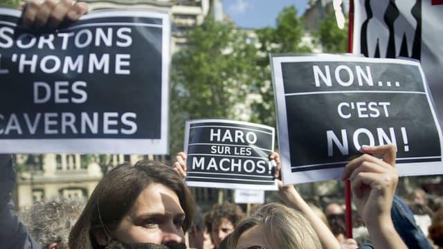 """Des femmes participent, le 22 mai 2011 à Paris, à un rassemblement, pour protester contre le """"sexisme"""" en pleine affaire DSK"""