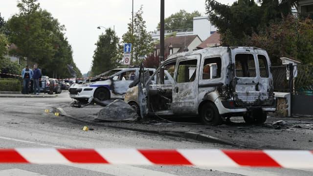 Les voitures de police brûlées lors de l'attaque aux cocktails Molotov, à Viry-Châtillon, en octobre dernier.