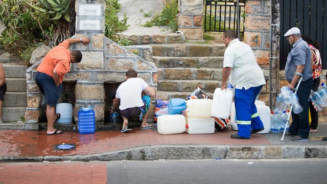 Des Sud-Africains viennent chercher de l'eau potable dans une source publique, près du Cap, le 19 janvier 2018.