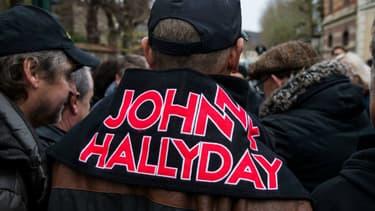 Des fans de Johnny Hallyday devant son domicile de Marnes-la-Coquette le 7 décembre 2017