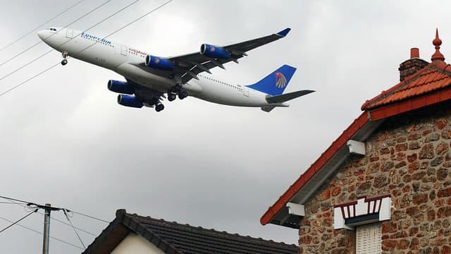 A Villeneuve-le-Roi, près de l'aéroport d'Orly les avions survolent à basse altitude les habitations.