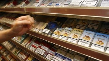 Les ministres de la Santé de l'Union européenne ont édulcoré vendredi les projets de la Commission sur un durcissement des règles en matière de conditionnement des paquets de cigarettes. Ils ont notamment ramené à 65%, contre les 75% proposés par la Commi