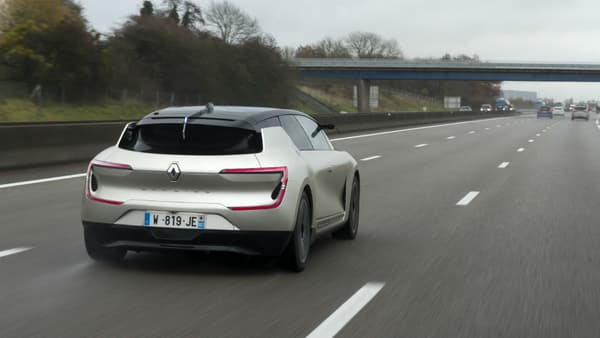 Avec seulement 1,44 mètres de haut, la Symbioz offre un design très effilé, presque étroit, alors qu'à l'intérieur, elle rappelle les grandes limousines type Bentley.