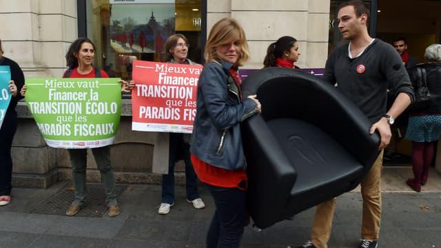 """A Lyon ce lundi, des """"faucheurs"""" ont réquisitionné 3 chaises dans une agence HSBC."""