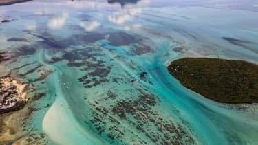 Vue du ciel de la marée noire sur les cotes de l'ile Maurice, menacées par la nappe de carburant qui s'écoule du vraquier Wakashio, le 8 août 2020