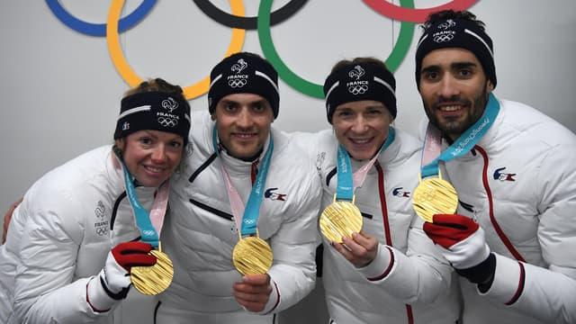 Marie Dorin Habert, Simon Desthieux, Anais Bescond et Martin Fourcade, médaillés d'or du relais mixte en biathlon à PyeongChang