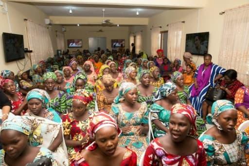 Cette photo fournie le 30 mai 2017 par PGDBA & HND Mass Communication montre des filles de Chibok libérées à leur arrivée à Abuja.
