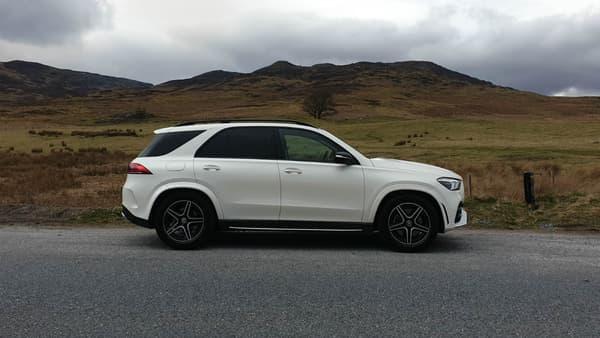 De profil, on remarque tout de suite le montant C incliné vers l'avant, caractéristique principale du grand SUV.
