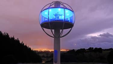 """Ce jeune """"geek"""" a construit une cabane solaire high-tech en forme de sphère et perchée au milieu des champs en Nouvelle-Zélande. Dans sa cabane technologique, il y a assez d'espace pour accueillir un lit 2 places et un canapé..."""