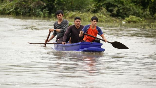 Des sauveteurs à la recherche de disparus dans une rivière en crue en Thaïlande le 6 décembre 2016