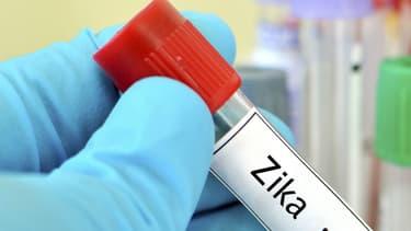 Le virus Zika se transmet principalement par la piqûre d'un moustique Aedes infecté.