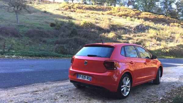 Becquet arrière, diffuseur avec inserts chromés, montant et épaules plus charnues, Volkswagen a voulu une Polo plus masculine dans son look. 52% des acheteus de Polo sont des acheteuses.