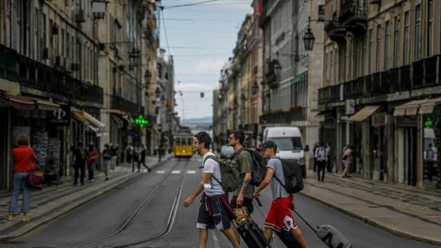 Des touristes à Lisbonne, le 18 juin 2021 au Portugal