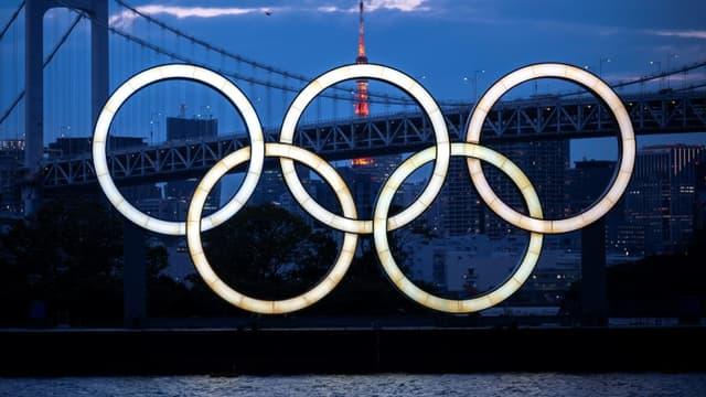Les anneaux olympiques à Odaiba dans la baie de Tokyo, le 28 avril 2021