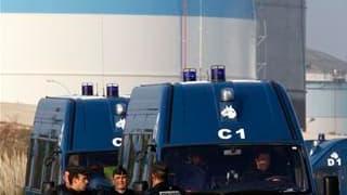 Gendarmes à l'entrée d'une raffinerie à Fos-sur-Mer, près de Marseille. Trois dépôts pétroliers ont été débloqués vendredi sous la pression des forces de l'ordre et sur décision de l'Elysée tandis que se précisait la menace d'une pénurie de carburant. /Ph